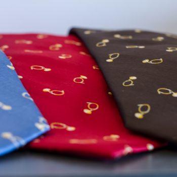 Détail cravates FITF bleu rouge marron motif petite trompe soie